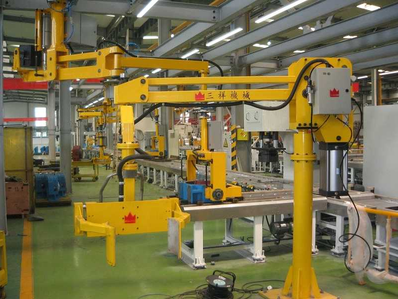 气动助力机械手系统特点  气动助力机械手系统主要包括四部分: 1)气路控制系统 1、设置有元件保护盒,以保护主要精密气动元器件,避免操作时意外撞击及灰尘沉积。气路排布完全按丰田AMS标准执行,方便维修。 2、系统配备二联件、单向阀和储气罐,为系统提供持续稳定的压缩空气,当主供气源意外断气时,可提供一定时间的安全保障,并使系统有足够的动力完成本次操作或将工件卸载。 2)夹具部分 主机控制与夹具(机械手)集成为一体,方便操作者双手控制工件。主机操作按钮都集成于夹具控制面板上,控制部分及指示灯、指示器等按人体工